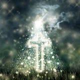 圣洁发怒发光,在黑暗的天空,黑暗的云彩的明亮的月亮 免版税库存照片