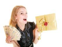 有礼物盒和擦亮剂金钱钞票的妇女 库存照片