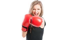 Девушка боксера кричащая для утехи Стоковая Фотография