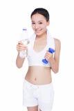 有毛巾和水瓶的健康亚裔妇女 免版税库存图片