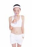 有毛巾和水瓶的健康亚裔妇女 免版税图库摄影