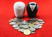 新娘和新郎与硬币婚姻的费用概念的 库存照片