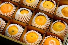 在箱子的桔子 免版税库存照片