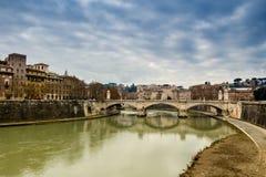 Мост над рекой Тибра в центре Рима Стоковые Изображения