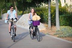 Велосипеды проката или найма людей ехать Стоковые Фотографии RF