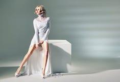 有惊人的腿的可爱的妇女 免版税图库摄影