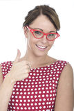 Большие пальцы руки стекел счастливой женщины нося обрамленные красным цветом вверх Стоковое фото RF