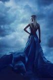 在晚礼服,丝绸褂子布料的夫人的妇女后面画象 免版税库存图片
