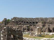 古老罗马圆形露天剧场废墟边的 免版税库存照片