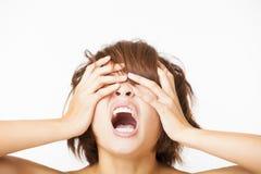усиленная молодая женщина и выкрикивать кричащие Стоковые Изображения