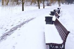 长凳在冬天公园 免版税库存照片
