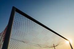 与蓝天的足球目标 库存照片