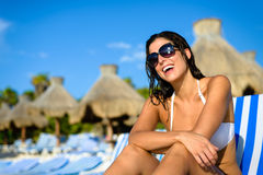 愉快的妇女在度假在热带手段海滩的 免版税图库摄影