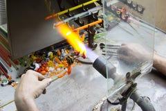 Το χειροποίητο γυαλί λογαριάζει τη δημιουργική πυρκαγιά λεπτομερειών εργασίας Στοκ Φωτογραφίες