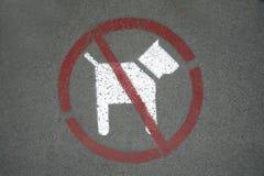 不要尾随符号 狗中止象在城市公园 图库摄影