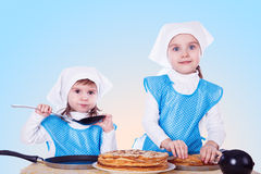 Μικρά παιδιά με τις τηγανίτες Στοκ φωτογραφία με δικαίωμα ελεύθερης χρήσης