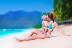 母亲和婴孩一个热带海滩的 免版税库存照片