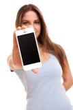 有智能手机的年轻白种人妇女 免版税库存照片