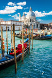 大运河看法在有五颜六色的长平底船小船的威尼斯在前景 库存照片