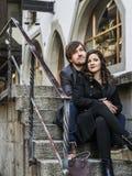 坐和休息在城市的夫妇 图库摄影