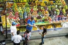 热带水果在圣保罗主要市场上 免版税库存图片