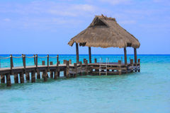 一个热带海岛目的地的美丽的海洋船坞 库存照片