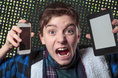 少年变得疯狂与数字式媒介 免版税库存图片