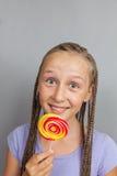 女孩愉快的棒棒糖 免版税库存照片