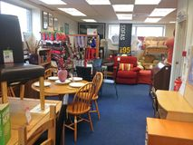 在中间人里面的家具使用了慈善商店 免版税库存照片