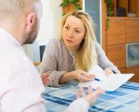 在财政文件的家庭争吵 免版税库存照片