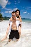 嬉戏海滩的夫妇 库存照片