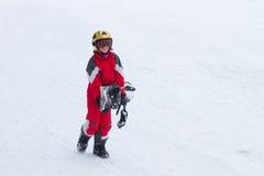小女孩挡雪板在法国阿尔卑斯 免版税库存图片
