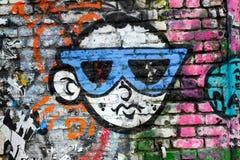 凉快的男孩佩带的太阳镜,街道画设计,伦敦英国 免版税库存照片
