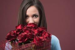 有玫瑰的愉快的少妇 免版税图库摄影