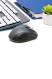 计算机老鼠、键盘、议程和植物白色背景的 免版税库存照片