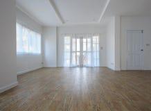 在更新以后的空的家庭客厅 图库摄影