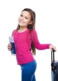 Χαμογελώντας κορίτσι με την τσάντα, το εισιτήριο και το διαβατήριο ταξιδιού Στοκ Φωτογραφία