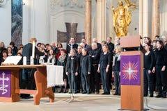 在崇拜期间的教会唱诗班为服务 免版税库存图片