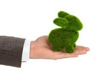 手中的兔子由草制成 免版税库存图片