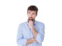 Νεαρός άνδρας με το χέρι στη σκέψη πηγουνιών Στοκ φωτογραφία με δικαίωμα ελεύθερης χρήσης