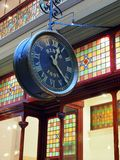 在购物拱廊的古色古香的时钟 免版税图库摄影