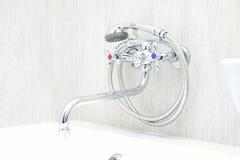 有淋浴喷头的镀铬物龙头 免版税库存图片
