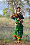 运载她的她的肩膀的印地安母亲女儿 免版税图库摄影