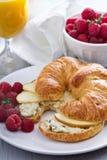 与乳清干酪和苹果的新月形面包三明治 免版税库存图片