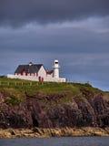 在爱尔兰海岸的灯塔在幽谷附近 库存图片