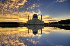 亚庇市浮动清真寺,在日出期间 免版税库存照片