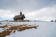 山的小教堂 免版税图库摄影