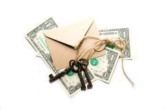 三个老钥匙、钞票和信封在白色背景 免版税图库摄影