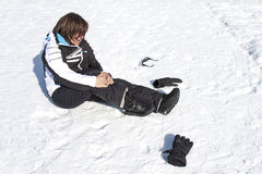 Τραυματισμένο γυναίκα ατύχημα σπασίματος πόνου πτώσης χιονιού Στοκ εικόνες με δικαίωμα ελεύθερης χρήσης