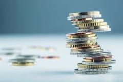 铸造欧元 开户欧洲欧元五重点一百货币附注绳索 钞票概念性货币欧元五十五十 在彼此堆积的硬币用不同的位置 免版税库存照片